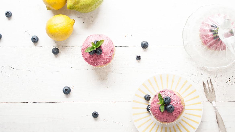 Vegane Zitronen-Cupcakes mit Blaubeer-Frosting